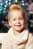 女孩少许冬天 儿童微笑 逗人喜爱的孩子 免版税库存照片