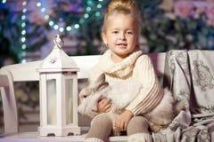 女孩少许冬天 儿童微笑 逗人喜爱的孩子 免版税库存图片