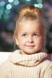 女孩少许冬天 儿童微笑 逗人喜爱的孩子 库存照片