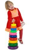 女孩少许塑料金字塔玩具 库存照片
