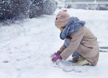 女孩少许纵向冬天 免版税库存照片