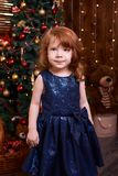 女孩少许纵向 圣诞节内部 蓝色礼服maike 免版税库存照片