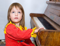 女孩少许钢琴 免版税图库摄影
