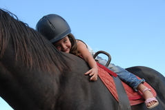 女孩少许骑马 库存照片