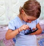 女孩少许smartphone 免版税库存图片