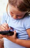 女孩少许smartphone 图库摄影