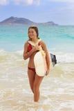 女孩少年她的冲浪板 免版税库存照片