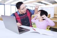 女孩尖叫在她的类的老师 免版税图库摄影
