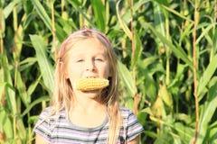 女孩尖酸的玉米 免版税库存图片