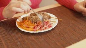 女孩尝试红萝卜沙拉  烤肉串用红萝卜沙拉 股票录像