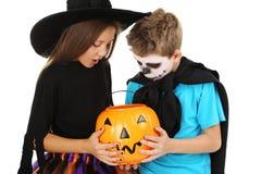 女孩巫婆和小男孩 免版税库存图片