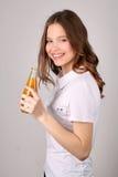 女孩常设外形用汁液 关闭 奶油被装载的饼干 免版税库存图片