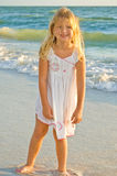 女孩常设海浪年轻人 库存照片