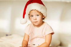 女孩帽子小的圣诞老人 美丽的女婴纵向 图库摄影