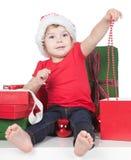 女孩帽子辅助工一点在俏丽的圣诞老&# 图库摄影