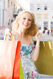 女孩幸福购物 免版税图库摄影