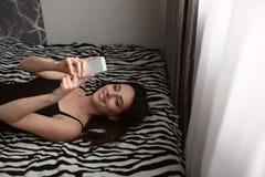 女孩床selfie 库存照片