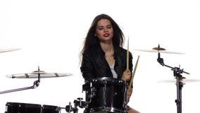 女孩开始演奏精力充沛的音乐,她乐趣,微笑 奶油被装载的饼干 慢的行动 股票录像
