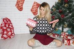 女孩开放礼物盒 免版税库存照片