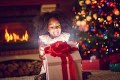 女孩开头圣诞节魔术礼物 免版税库存图片