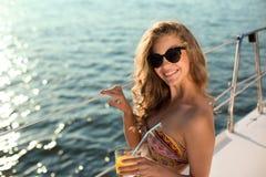 女孩式样放松在游艇 库存照片