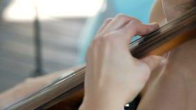 女孩弹大提琴在婚礼庆祝 股票录像