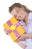 女孩当前微笑的年轻人 免版税库存图片