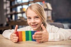 女孩彩色塑泥使用 免版税库存图片
