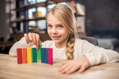 女孩彩色塑泥使用 库存图片