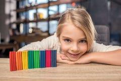 女孩彩色塑泥使用 图库摄影