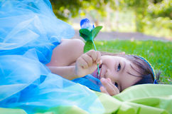 女孩微笑举行蓝色玫瑰 图库摄影