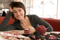 女孩微笑和钩针编织围巾 免版税库存图片