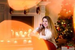 女孩微笑地谈话在电话开会 免版税库存图片