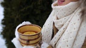 女孩微笑并且喝茶 股票录像