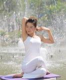 女孩微笑瑜伽 免版税库存照片