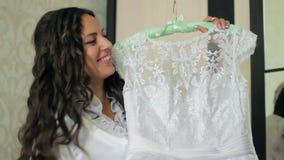 女孩微笑的举行婚礼礼服 影视素材