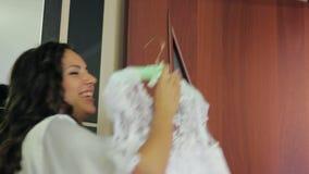 女孩微笑的举行婚礼礼服 股票录像