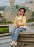 女孩微笑的伞 免版税库存照片