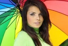 女孩微笑的伞 免版税库存图片