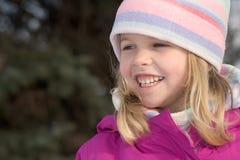 女孩微笑的冬天 免版税库存照片