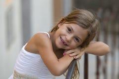 女孩微笑的年轻人 库存图片