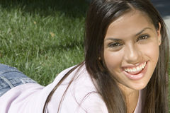 女孩微笑的年轻人 免版税库存照片