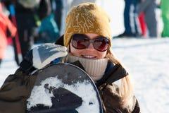 女孩微笑的挡雪板 库存图片