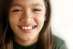 女孩微笑的无牙的年轻人 免版税库存照片