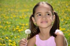 女孩微笑的甜点 免版税库存照片