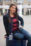 女孩微笑的街道 库存照片