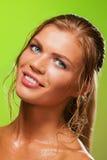 女孩微笑的被晒黑的湿 免版税图库摄影