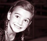 女孩微笑的被设色的年轻人 图库摄影