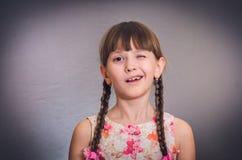 女孩微笑的闪光 免版税库存图片