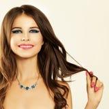 女孩微笑 美丽的卷发妇女 抽象横幅方式发型例证 库存照片